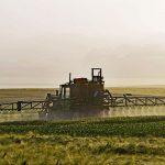 Tracteur diffusant des pesticides