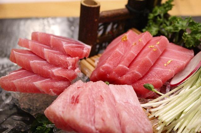 Le thon est souvent utilisé cru pour confectionner des sucshi